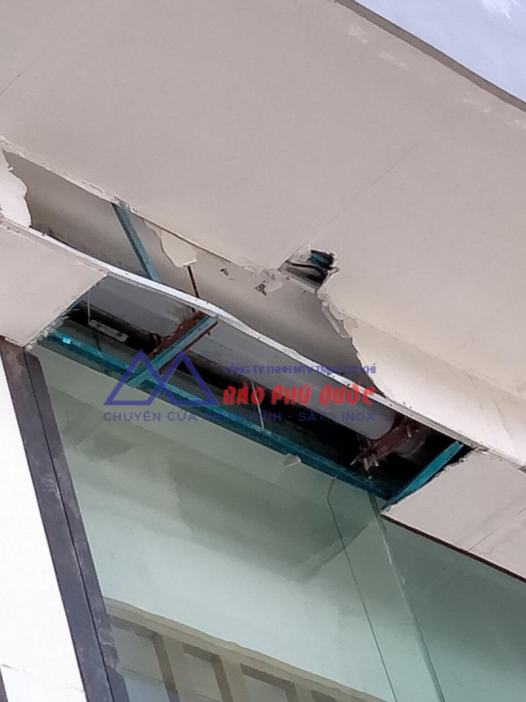Khung cửa kính Vinperl Phú Quốc bị hỏng - cần sửa chữa
