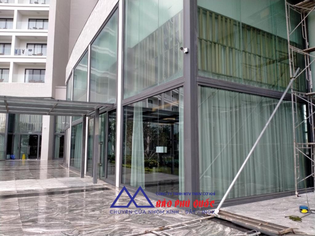 Quy trình sửa chữa, thay thế kính cho khách sạn khách sạn Vinperland dần hoàn thiện